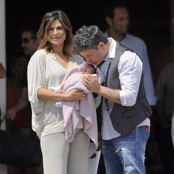Alejandro Sanz besa a su hija Alma junto a Raquel Perera en la presentación del bebé