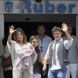 Alejandro Sanz y Raquel Perera saludan en la presentación de su hija Alma