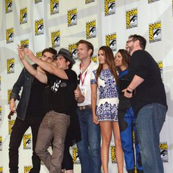 Paul Wesley, Ian Somerhalder, Matthew Davis, Nina Dobrev, Kat Graham y Damian Holbrook en la Comic-Con 2014