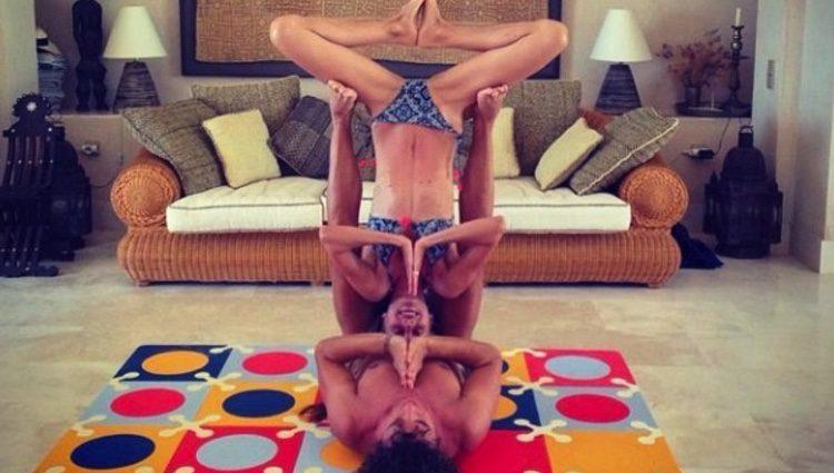 Carles Puyol y Vanesa Lorenzo practican yoga en pareja