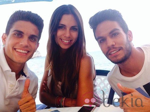 Marc Bartra con Melissa Jiménez y su hermano Eric Bartra