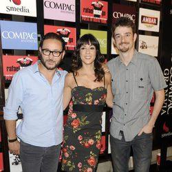 Gorka Otxoa, Carlos Santos 'Povedilla' y una acompañante en la presentación del espectáculo 'Poeta en Nueva York' en Madrid
