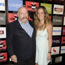 José María Iñigo y una joven acompañante en la presentación del espectáculo 'Poeta en Nueva York' celebrada en Madrid
