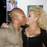 Raquel Mosquera y su novio Isi besándose en la fiesta de cumpleaños de Nacho Montes