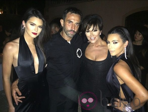 Kendall Jenner, Ricardo Tisci, Kris Jenner y Kim Kardashian en el cumpleaños del diseñador