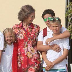 La Reina Sofía de Grecia con Irene, Froilán y Juan Valentín Urdangarín en la Escuela de Vela de Calanova