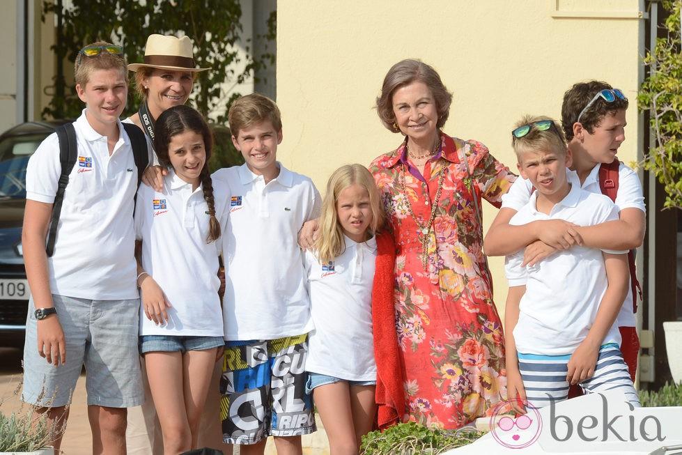 La Reina Sofía junto a sus nietos en la entrega de diplomas en la Escuela de Vela de Calanova