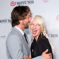 Sia y Erik Anders Lang muy cariñosos en la gala Wayuu Taya en Nueva York