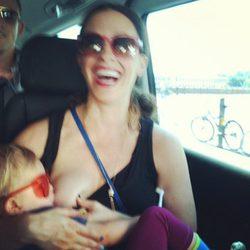 Alanis Morissette dándole el pecho a su hijo Ever