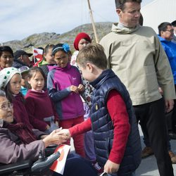 El Príncipe Christian de Dinamarca junto a su padre Federico en Groenlandia