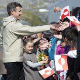 Federico de Dinamarca y su hija Isabel saludando a los ciudadanos en Groenlandia