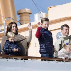 Los Príncipes de Dinamarca y sus hijos saludan en Paamiut a los ciudadanos