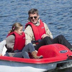 El Príncipe Federico de Dinamarca y su hija Josefina en Paamiut