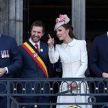 Los Duques de Cambridge y el Príncipe Harry saludan desde el balcón en Mons