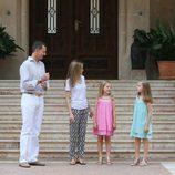 Los Reyes y sus hijas charlan durante su posado en Marivent