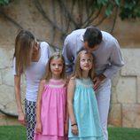 Los Reyes Felipe y Letizia, cariñosos con sus hijas en su posado en Marivent