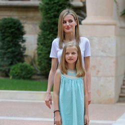 La Reina Letizia y la Princesa Leonor posan en Marivent