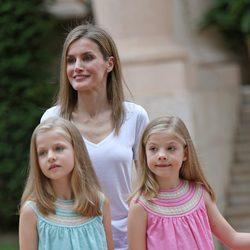 La Reina Letizia con sus hijas en su posado en Marivent