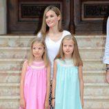 La Reina Letizia con la Princesa Leonor y la Infanta Sofía en su posado en Marivent