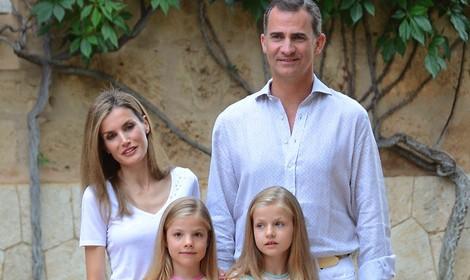 Los Reyes Felipe y Letizia, la Princesa Leonor y la Infanta Sofía posan en Marivent