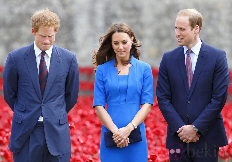 Los Duques de Cambridge y el Príncipe Harry en la Torre de Londres
