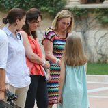 La Princesa Leonor saluda a los periodistas en su posado en Marivent
