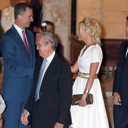 Los Reyes Felipe y Letizia saludan a Carlos Moyá y Carolina Cerezuela en la recepción en Mallorca
