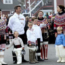 La Familia Real danesa en Qaqortoq con los trajes tradicionales de Groenlandia