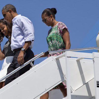 Barack Obama junto a su mujer Michelle y su hija Malia a su llegada a Bourne