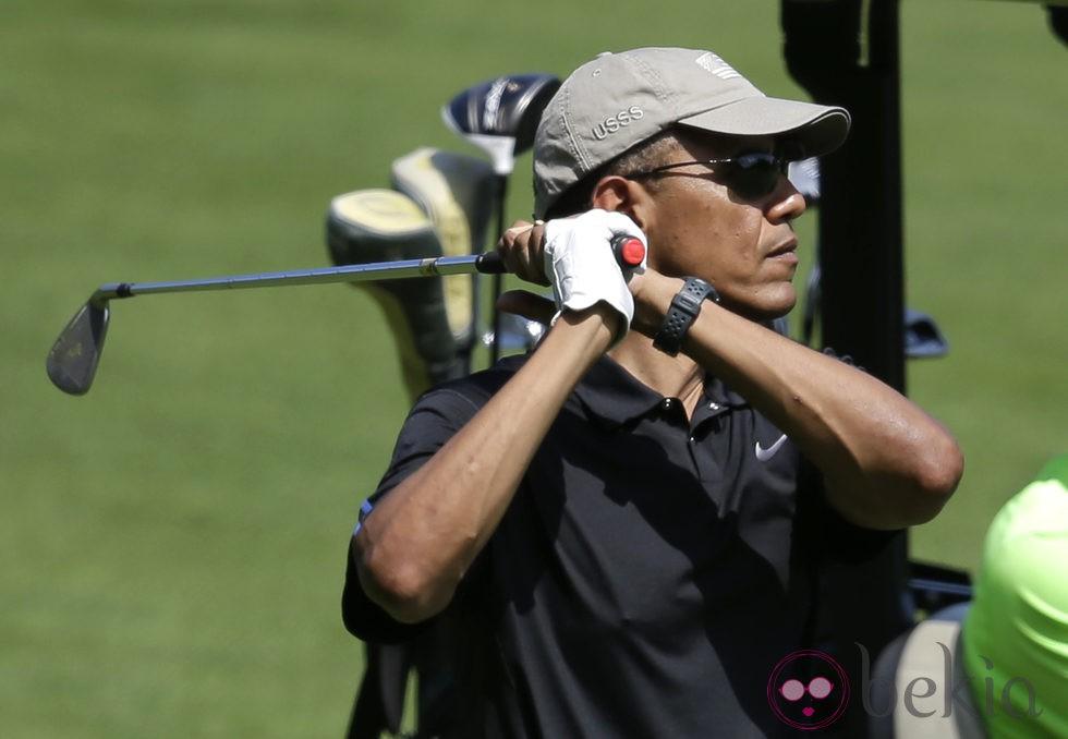 Barack Obama juega al golf en la isla de Martha's Vineyard