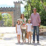 Los Reyes Felipe y Letizia, la Princesa Leonor y la Infanta Sofía en los Jardines de Raixa