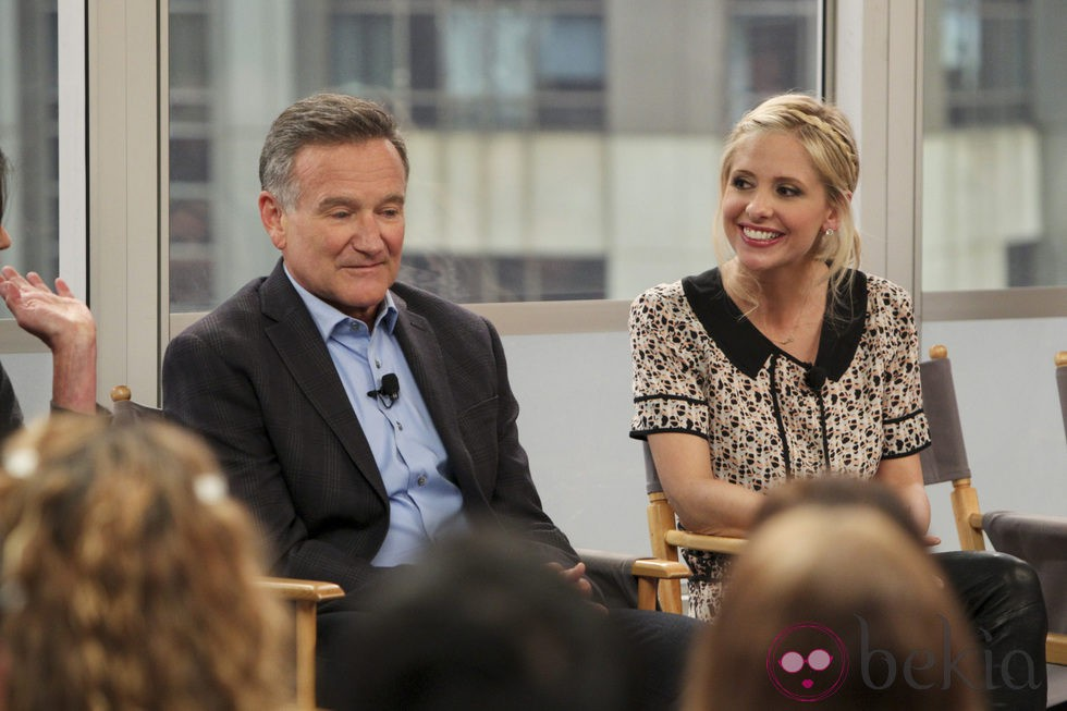 Robin Williams y Sarah Michelle Gellar en un acto promocional de 'The Crazy Ones'