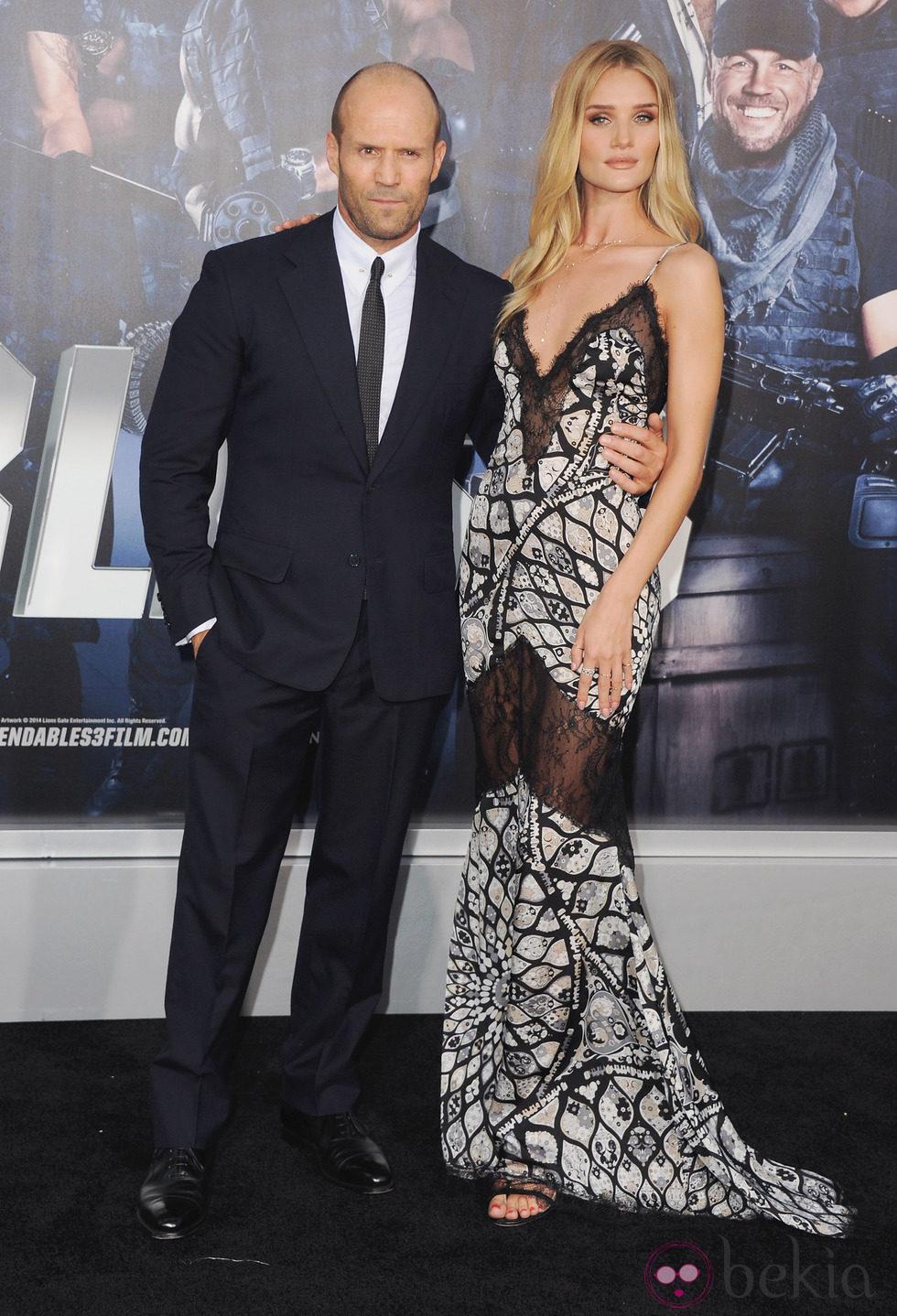 Jason Statham y Rosie Huntington-Whiteley en el estreno de 'Los mercenarios 3' en Los Angeles