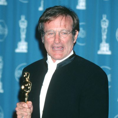 Robin Williams tras recoger su Oscar por 'El indomable Will Hunting'