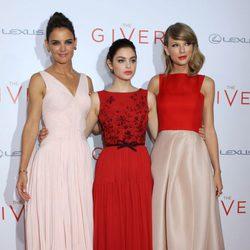 Katie Holmes, Odeya Rush y Taylor Swift en el estreno de 'The Giver'