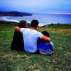 Paula Echevarría y David Bustamante con su hija Daniella mirando al mar Cantábrico