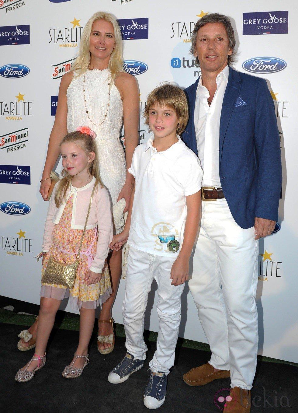 Valeria Mazza y Alejandro Gravier con sus hijos en el concierto de Julio Iglesias en Marbella