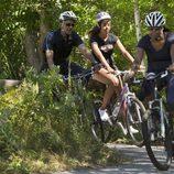 Barack, Malia y Michelle Obama montan en bicicleta en Martha's Vineyard
