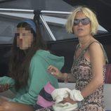 Eugenia Martínez de Irujo y su hija Cayetana en un yate en Ibiza
