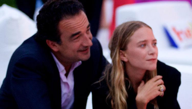 Mary-Kate Olsen y Olivier Sarkozy en la Paddle & Party for Pink celebrada en los Hamptons