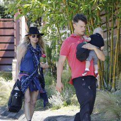Fergie y Josh Duhamel paseando al pequeño Axl en Los Ángeles