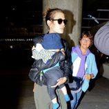Carlota Casiraghi con su hijo Raphaël en el aeropuerto de Los Angeles
