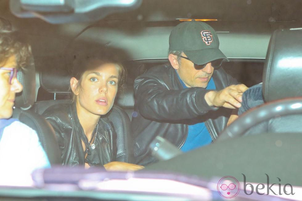 Carlota Casiraghi y Gad Elmaleh a su llegada al aeropuerto de Los Angeles
