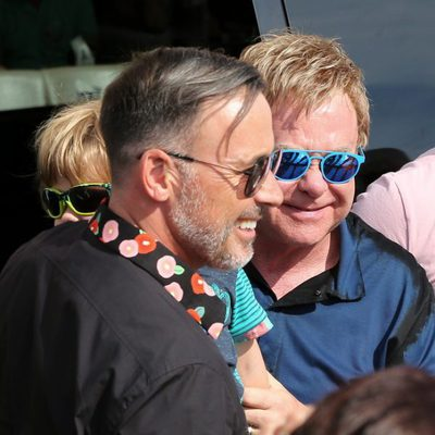 Elton John junto a David Furnish y su hijo Zachary en Saint-Tropez