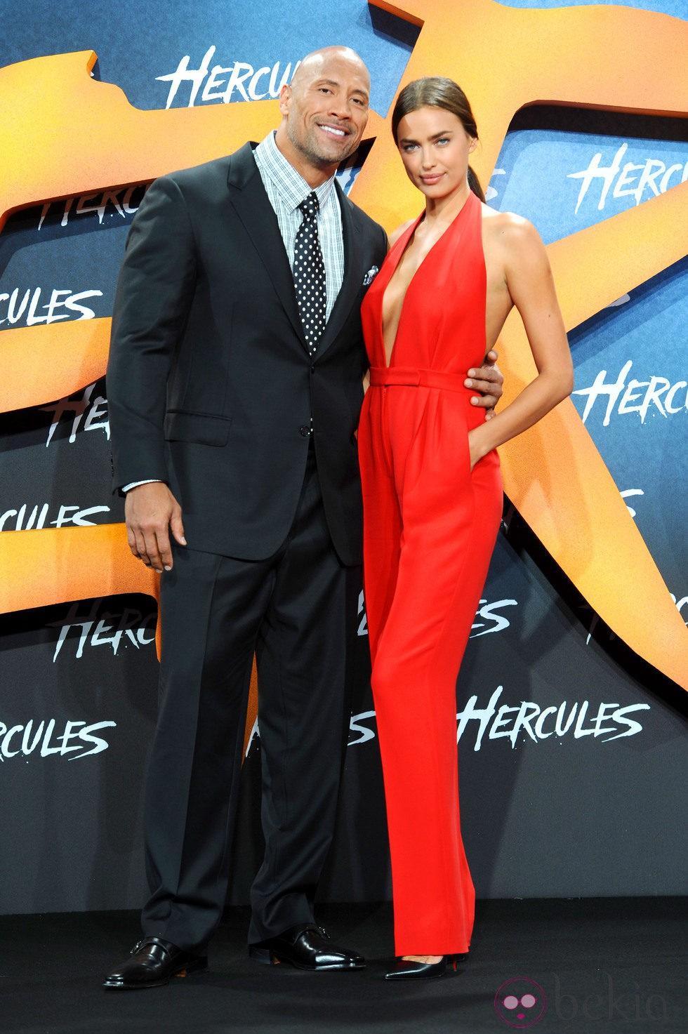 Irina Shayk y Dwayne Johnson en el estreno de 'Hércules' en Berlín