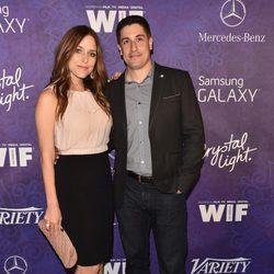 Jason Biggs y Jenny Mollen en una fiesta previa a la entrega de los Premios Emmy 2014