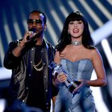 Katy Perry recoge de manos de Juicy J su galardón de los MTV Video Music Awards 2014