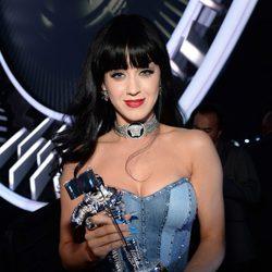 Katy Perry con su galardón de los MTV Video Music Awards 2014