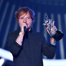 Ed Sheeran recogiendo su galardón de los MTV Video Music Awards 2014