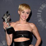 Miley Cyrus con su galardón de los MTV Video Music Awards 2014